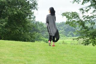 六花の森を散策している女子の写真・画像素材[2448979]