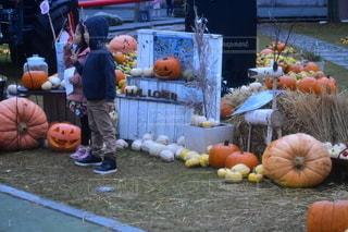 ハロウィンで、ピースする二人の子供の写真・画像素材[2678468]