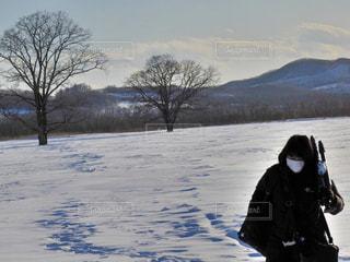 雪の中に立っている人の写真・画像素材[2930874]
