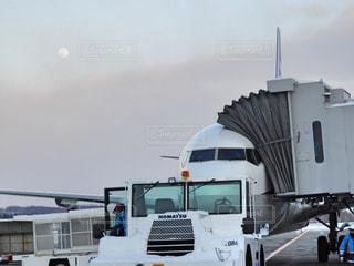 ジャンボジェット機を牽引するトーイングの写真・画像素材[3001801]