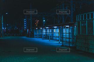 夜にライトアップされた自転車置き場の写真・画像素材[2418706]