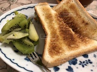 食パンとキウイの写真・画像素材[2445116]