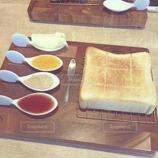 テーブルの上の食パンの写真・画像素材[2433657]