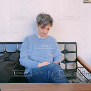 ソファに座る男の写真・画像素材[3069397]