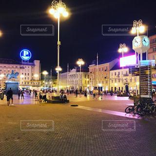 夜の街の通りの眺めの写真・画像素材[3058193]