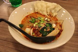 皿の上の食べ物のボウルの写真・画像素材[2431338]