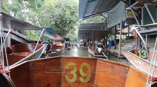 木製のテーブルの上に座っているボートの写真・画像素材[2431381]