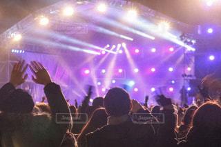 群衆の前のステージに立つ人々のグループの写真・画像素材[2433018]