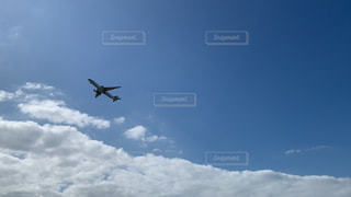 離陸したばかりの飛行機の写真・画像素材[2492569]