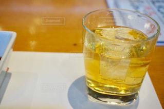 テーブルの上の梅酒の写真・画像素材[2429057]