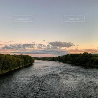 川の夕景の写真・画像素材[3799868]