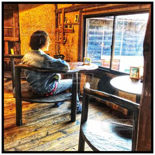 窓の前に座っている人の写真・画像素材[2422285]