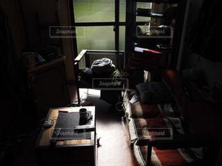 家具と大きな窓で満たされた部屋の写真・画像素材[2423082]