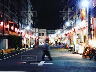 にぎやかな街の通りのクローズアップの写真・画像素材[2423150]