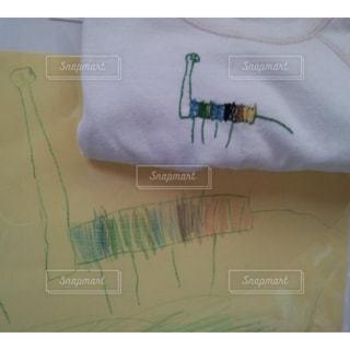 Tシャツに子供の絵を刺繍の写真・画像素材[2429469]
