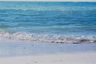 寄せては返す波の写真・画像素材[2453666]