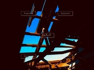 飛んだ屋根の隙間からの写真・画像素材[2497515]
