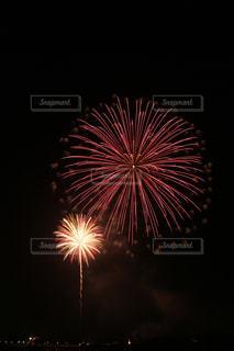 赤い打ち上げ花火の写真・画像素材[2507989]