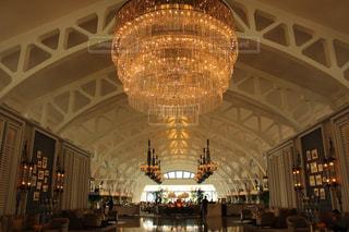 シンガポールのホテルのシャンデリアの写真・画像素材[688958]