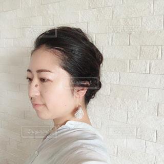 白いシャツを着て自撮りする女性の写真・画像素材[2907202]