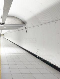 帝国軍が歩いていそうな地下鉄の連絡通路の写真・画像素材[2467307]