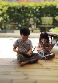 テラスで読書の写真・画像素材[2425010]
