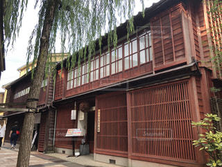 レンガ造りの建物の前の木の写真・画像素材[2426910]