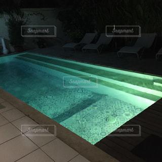 夜のプールの写真・画像素材[2426027]