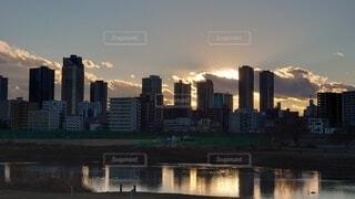 多摩川と武蔵小杉のビル群の夕景の写真・画像素材[4037605]