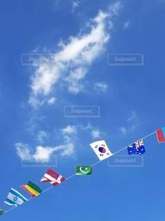 空を飛ぶ凧の写真・画像素材[2428235]