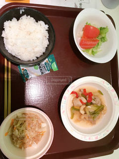 テーブルの上の皿の上の食べ物のボウルの写真・画像素材[2428617]