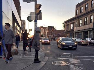 街の通りを歩く人々のグループの写真・画像素材[2443852]