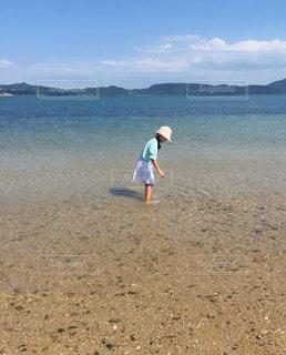 浜辺でフリスビーを投げる男の写真・画像素材[2432379]