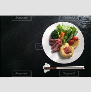 テーブルの上の食べ物の皿の写真・画像素材[2432447]