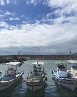 ボートは水域の隣にドッキングされるの写真・画像素材[2434785]