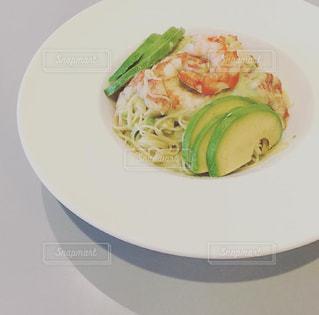 皿の上の食べ物のボウルの写真・画像素材[2437219]