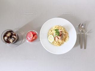 皿の上の食べ物のボウルの写真・画像素材[2444536]
