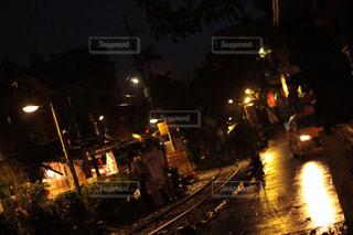 夜間の線路の写真・画像素材[2433600]