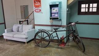 部屋の横に駐車した自転車の写真・画像素材[2433888]