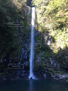 水の上に大きな滝の写真・画像素材[2452788]