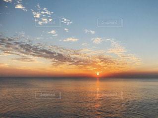 水の体の上の夕日の写真・画像素材[2434281]