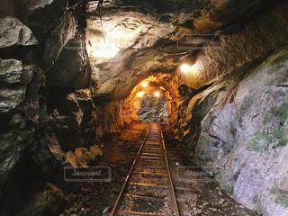 岩の上の列車の写真・画像素材[2434907]