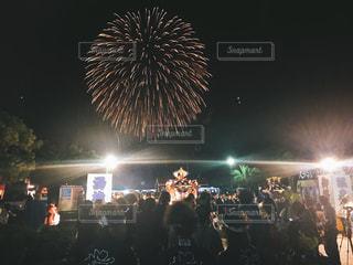 夜の大群衆の前に立つ人々のグループの写真・画像素材[2434908]