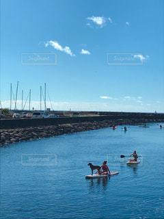 水域のボートに乗った人々の集団の写真・画像素材[2435117]