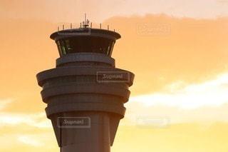 夕日の中にそびえ立つ管制塔の写真・画像素材[2483238]