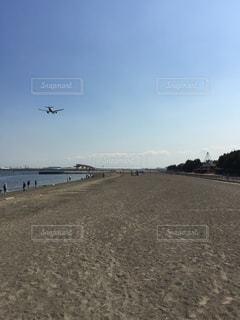 羽田空港付近、浜辺を飛ぶ飛行機の写真・画像素材[2435921]