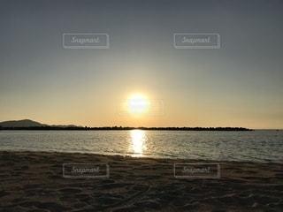 片男波の夕日の写真・画像素材[2436292]