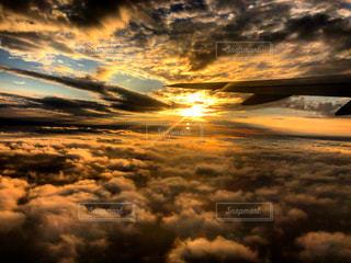 雲の上からの夕日の写真・画像素材[2691675]