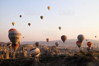 たくさんの風船が朝日とともに...の写真・画像素材[2442269]
