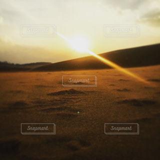 砂漠の夕暮れの写真・画像素材[2440801]